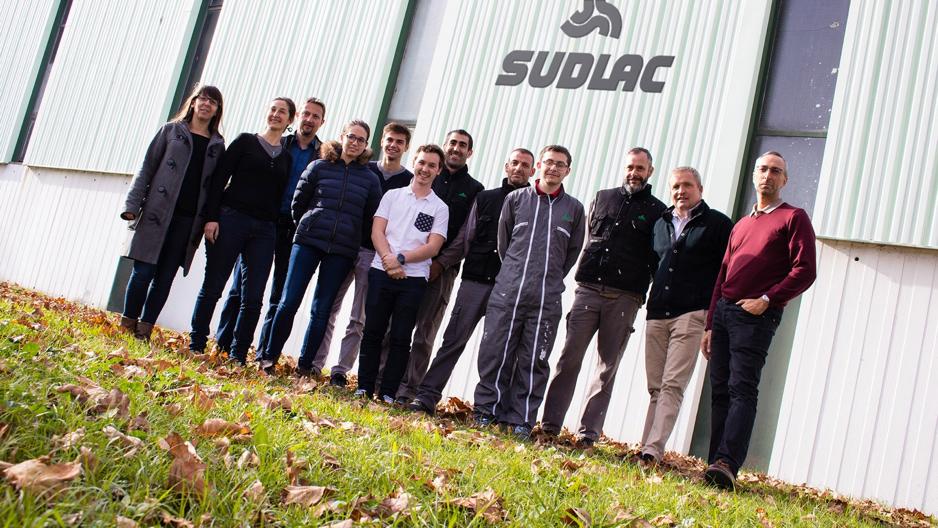 Sudlac est un fabriquant de peintures d'ombrage pour serres agricoles et de peintures de traçage pour terrains sportifs